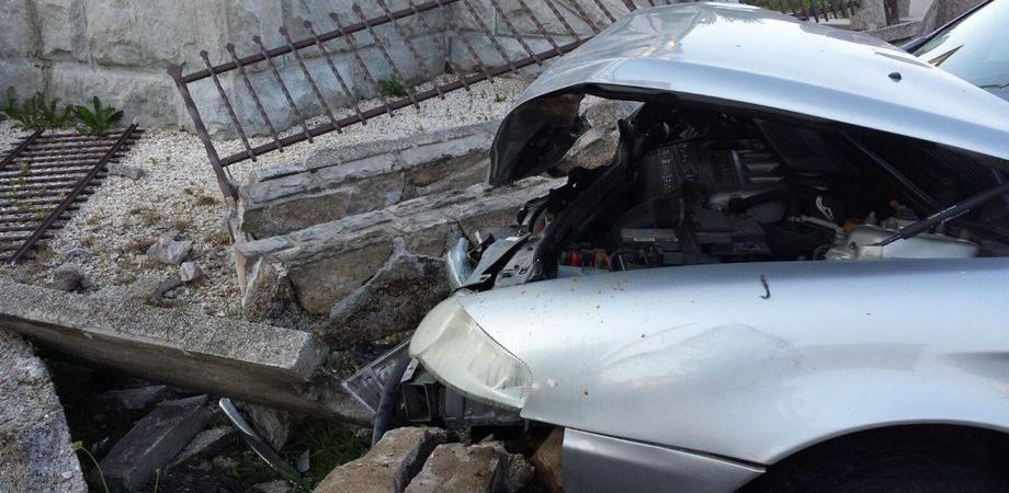 Caltanissetta, via Due Fontante: auto si schianta contro guardrail, 25enne positivo all'alcol test