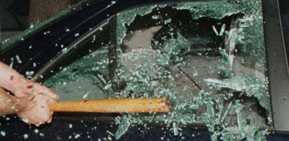 Caltanissetta, distrutti i finestrini delle auto di un 31enne: indaga la polizia