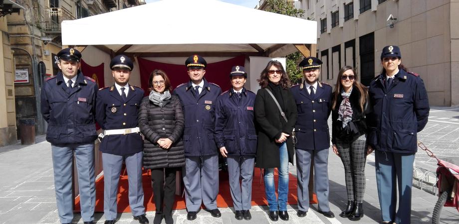 Caltanissetta, uno stand contro la violenza sulle donne: iniziativa della polizia per San Valentino