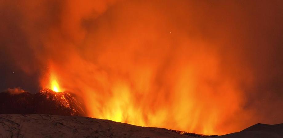 Etna, esplode uno dei crateri: dieci persone colpite dalla lava