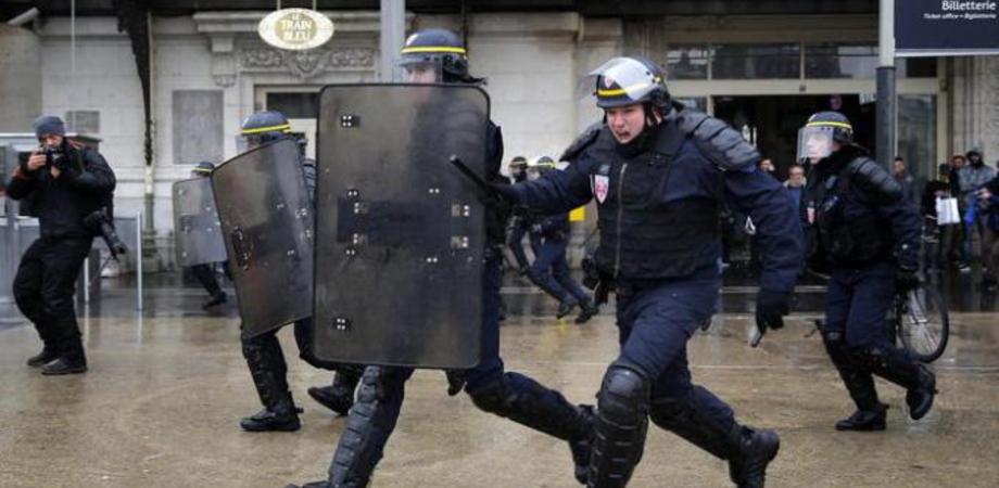 Parigi, terrore all'aeroporto di Orly: assalitore ucciso in una sparatoria