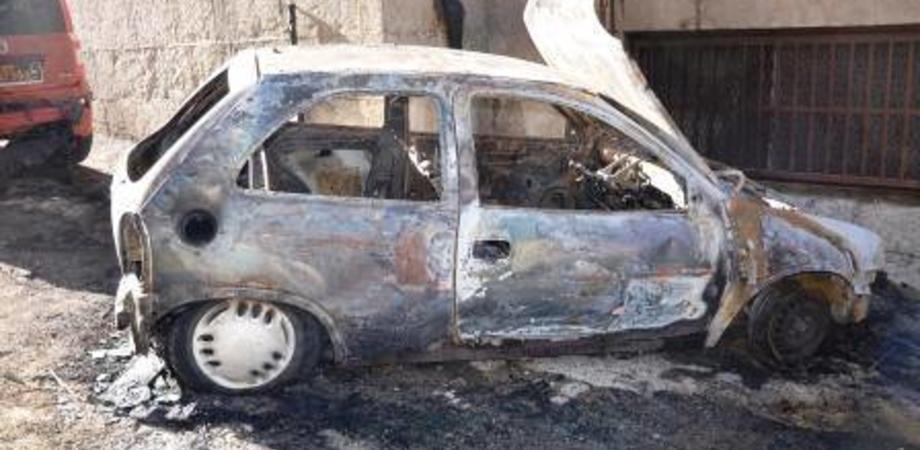 Caltanissetta, incendio nella notte in centro storico: a fuoco l'auto di un 26enne
