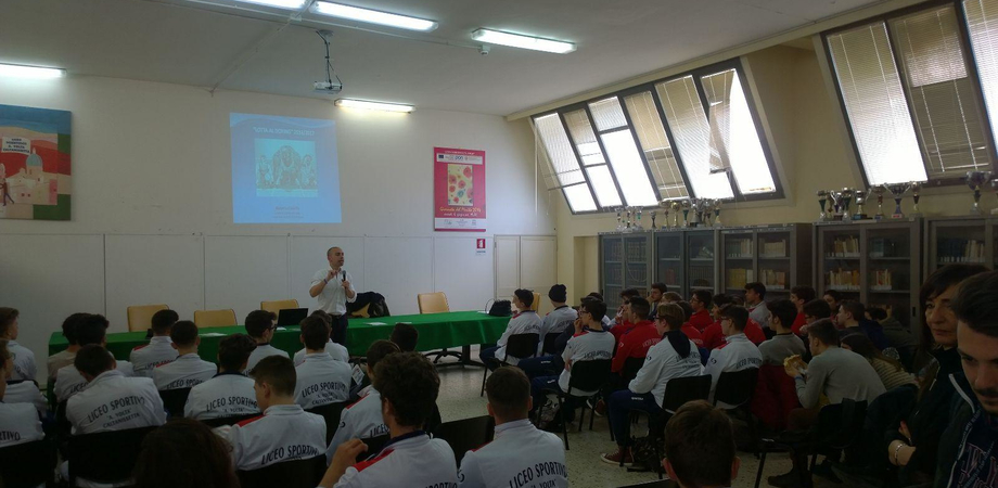 """Caltanissetta, al liceo """"Volta"""" conferenza sul """"doping"""" e i suoi effetti"""