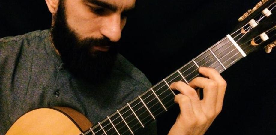 "Caltanissetta, all'istituto ""Manzoni"" concerto del chitarrista Elio Lombardo"