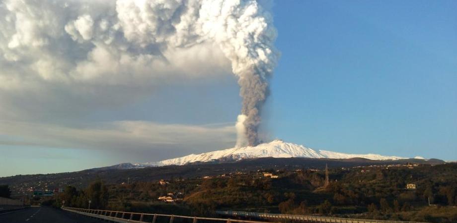 Ancora esplosioni sull'Etna, in atto fase stromboliana: limitati atterraggi su Catania