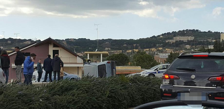 Caltanissetta, incidente in via Ferdinando I: auto si ribalta, due feriti trasportati al Sant'Elia