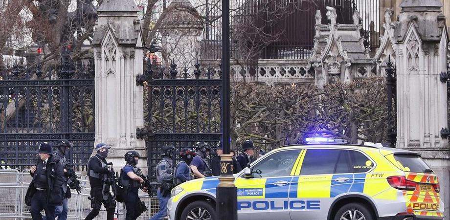 Parlamento di Londra sotto attacco, muore una donna. Dodici i feriti, poliziotto accoltellato