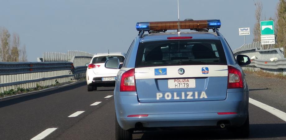 Sulla A19 rumeno fugge a bordo di un camion rubato e sperona le auto della polizia: arrestato