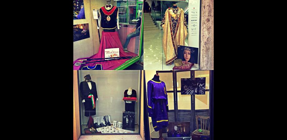 """Caltanissetta, """"Settimana Santa in vetrina"""": gli abiti tradizionali esposti tra i negozi del centro"""