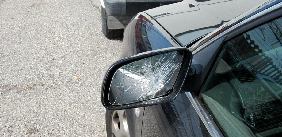 Caltanissetta, specchietti rotti e carrozzerie rigate: raid dei vandali in via Boccaccio