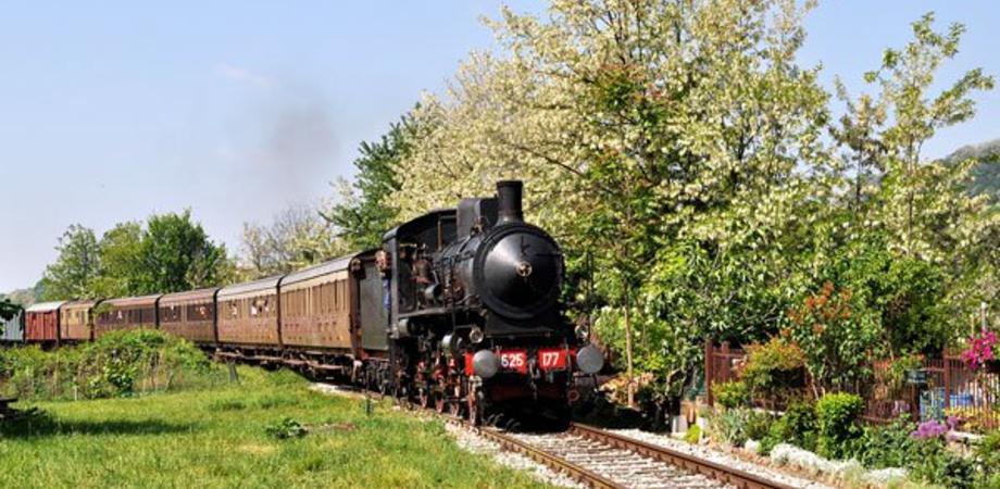 """Agrigento, tornano i treni storici: a bordo delle """"littorine"""" verso il Mandorlo in fiore"""