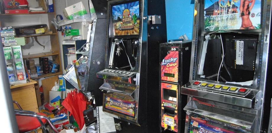Caltanissetta, furto in un locale: ladri portano via slot machine e cambia soldi