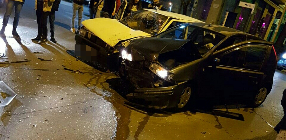 Caltanissetta, nella notte scontro tra auto in via Malta: cinque giovani in ospedale