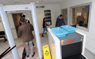 http://www.seguonews.it/caltanissetta-sorpreso-con-un-coltello-mentre-accompagnava-il-figlio-in-tribunale