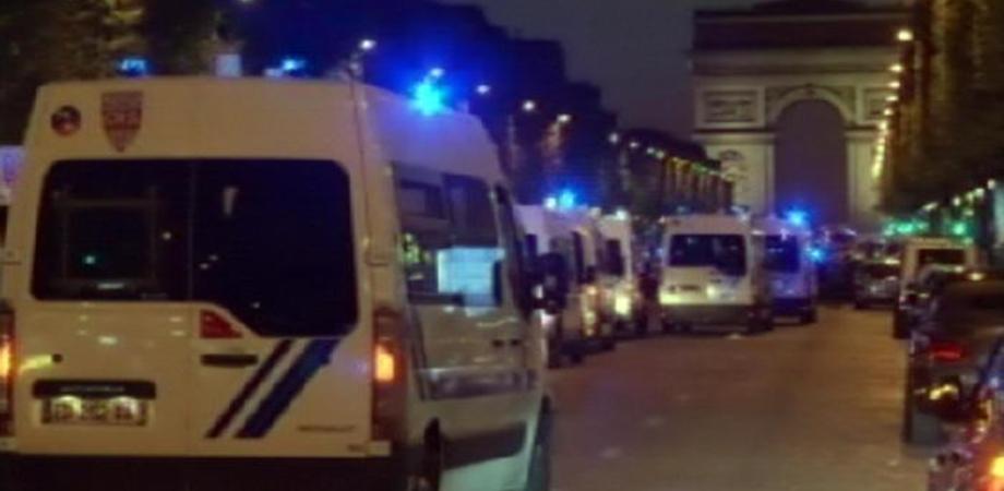 Parigi, sparatoria sugli Champs Elysées: muoiono poliziotto e assalitore