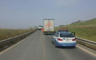 Scoppia la gomma di un autocarro: traffico in tilt per un'ora sulla Ss 640