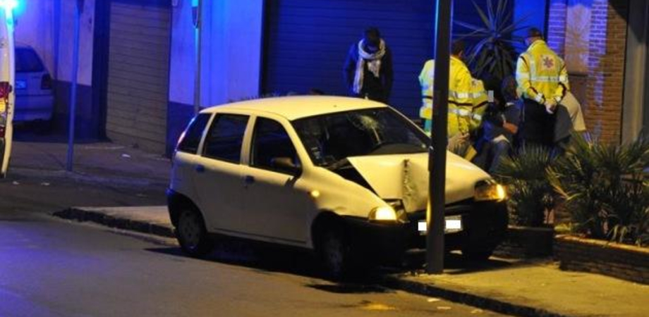 Delia, ubriaco ruba un'auto e si schianta contro un palo: denunciato dai carabinieri