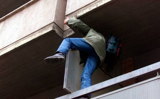http://www.seguonews.it/caltanissetta-ladri-si-arrampicano-dal-tubo-del-gas-sorpresi-dai-residenti