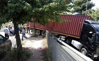 Caltanissetta, incidente in via Costa: autoarticolato resta incastrato