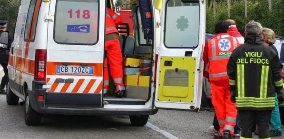 Incidente stradale a Ragusa: operatore del 118 soccorre figlio che muore poco dopo
