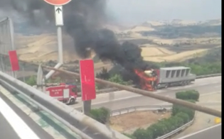 Camion in fiamme sulla A19 allo svincolo per Enna: traffico bloccato