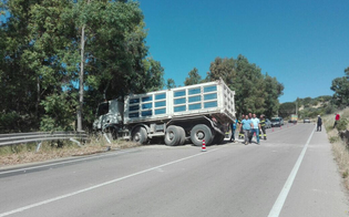 http://www.seguonews.it/camion-senza-autista-percorre-200-metri-e-si-intraversa-tragedia-sfiorata-a-santa-caterina
