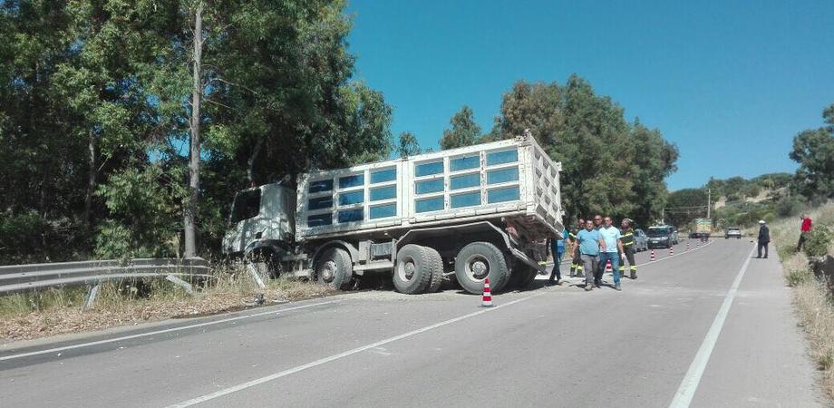 Camion senza autista percorre 200 metri e si intraversa: tragedia sfiorata a Santa Caterina