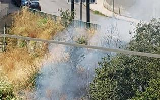 Caltanissetta, a fuoco la collinetta di via Leone XIII: è la terza volta, ma le erbacce sono ancora lì