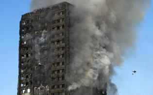 Inferno di cristallo a Londra: in fiamme grattacielo di 27 piani