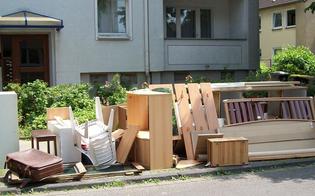 Caltanissetta, esce da casa e al suo ritorno trova i mobili per strada: il locatore ci aveva ripensato