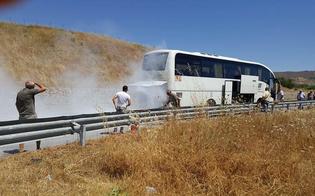 Paura sulla Caltanissetta-Gela: bus va a fuoco, autista mette in salvo 30 passeggeri