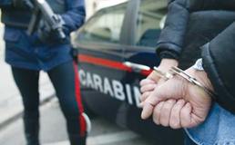 San Cataldo, rincorso dai carabinieri getta via la droga: arrestato 24enne