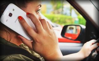 Cellulare al volante: sospensione immediata della patente. Ecco le novità al Codice della Strada