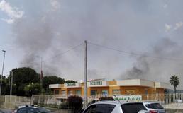 Caltanissetta, inferno di fuoco in via Pietro Leone a fuoco una villa: evacuato supermercato