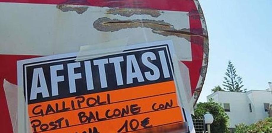 """A Gallipoli """"case-pollaio"""" per i turisti: si affittano posti in balcone per 10 euro"""