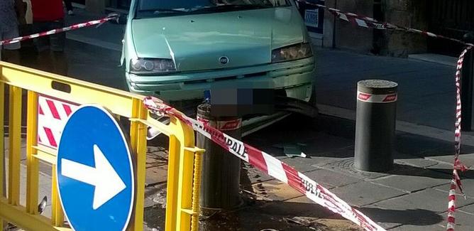 Caltanissetta, auto contro piloni a scomparsa: conducente trasportato in ospedale