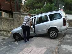 San Cataldo, non si accorge della scalinata e finisce giù con l'auto