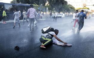 Sgombero migranti a Roma, scontri: bombole a gas e sassi contro la polizia