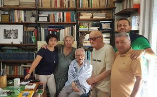 Lo scrittore Stefano Vilardo dona i suoi libri alla biblioteca di Delia