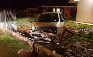 Caltanissetta: esce fuori strada, sfonda recinzione e abbandona l'auto