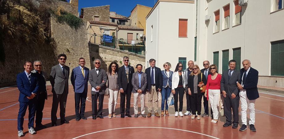 """Caltanissetta, alla scuola """"Vittorio Veneto"""" si fa canestro con il Rotary"""