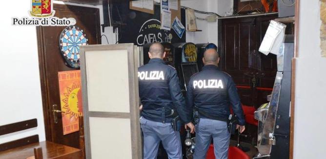 Caltanissetta, ruba una macchinetta scambia soldi: sorpreso dai poliziotti mentre la trascina via