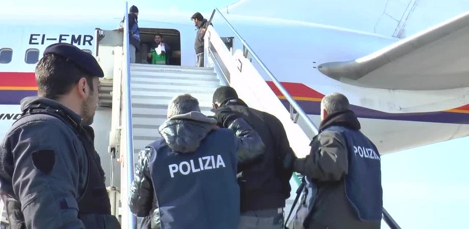 Caltanissetta, rientrati in Italia sotto falso nome: rimpatriati 6 dei 9 tunisini arrestati