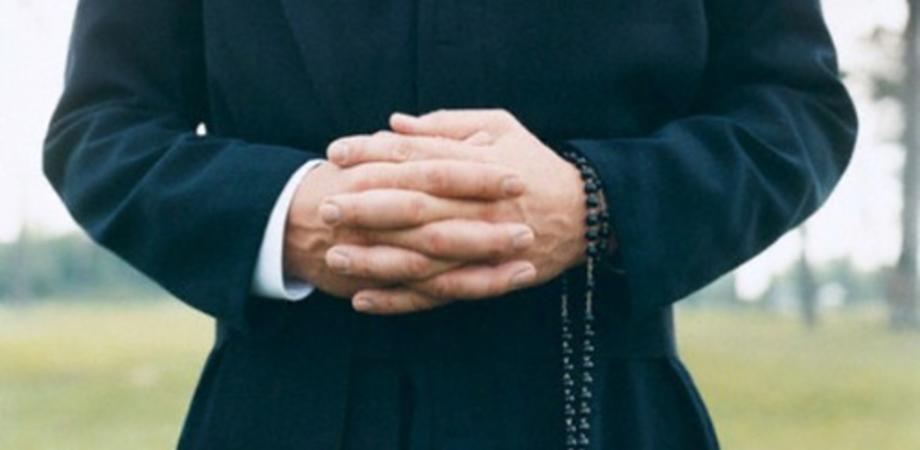 Varese, minacce a sfondo sessuale a un sacerdote: arrestati 2 giovani stranieri
