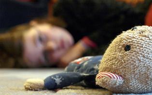 Botte e sevizie su una bimba di 6 anni: arrestati la madre e il compagno nel messinese