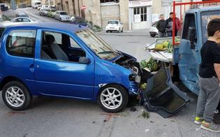 Caltanissetta, confonde i pedali dell'auto e finisce dritta sul furgoncino della frutta