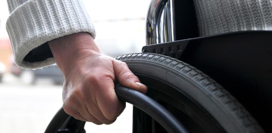 """Cantiere popolare Caltanissetta: """"Niente ascensore per la sedia a rotelle, disabile a casa da 4 anni"""""""