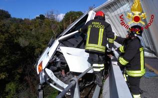 Furgone in bilico sull'autostrada Messina-Catania, salvo l'autista