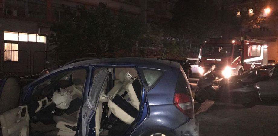 Caltanissetta, a fuoco l'auto di un avvocato: sul posto la polizia