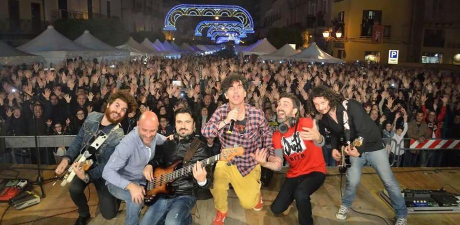 A Gela Capodanno in piazza Sant'Agostino con i Tinturia e brindisi con panettone e spumante